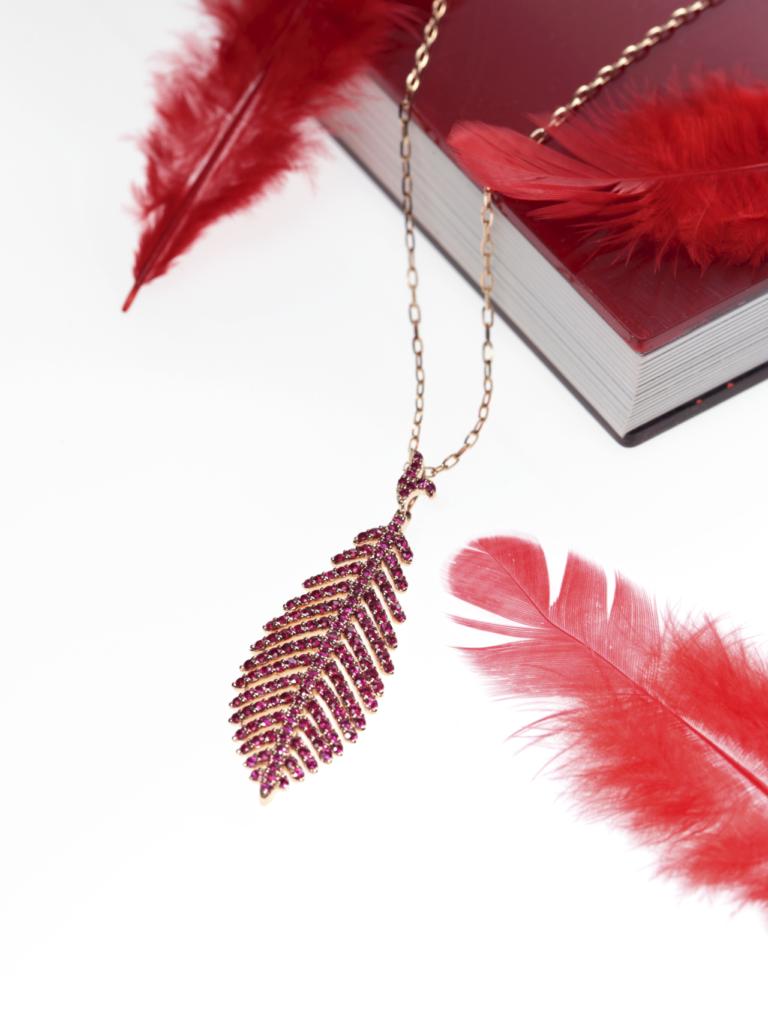 赤い羽ネックレス